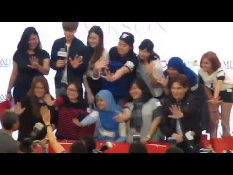 151211 SPAO Malaysia Grand Opening SJ Leeteuk Kangin taking photo with winners