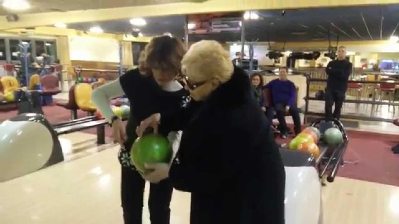 Une grand mère de 89 ans lance sa première boule de bownling