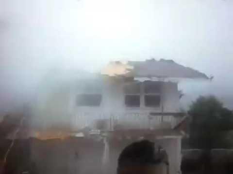 El poderoso huracán Matthew arrancó el techo de una casa