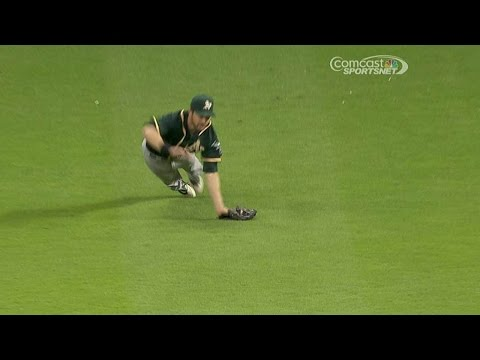 Reddick makes a diving catch to rob Altuve