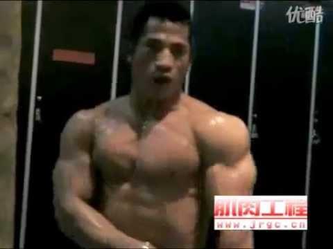 Huge bodybuilder poses nude in lockerroom after workout
