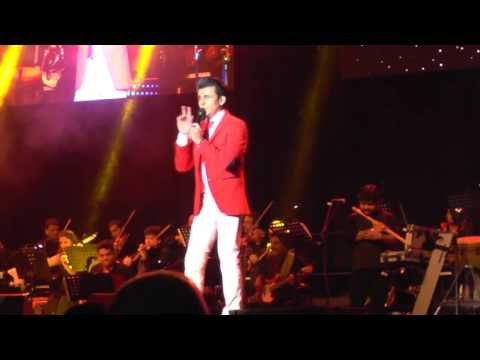 Sonu Nigam singing Suraj Hua Maddham (K3G) - Live in the Netherlands