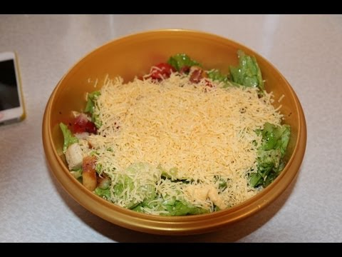 Вкусный салат с беконом и сухариками