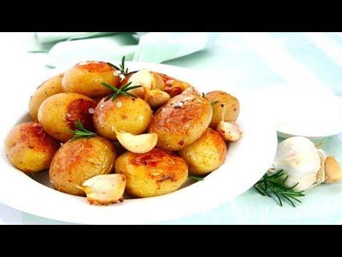 Молодой картофель на сковороде. Молодой картофель с чесноком и зеленью