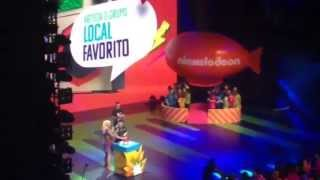 "Lali recibiendo el premio ""Artista local favorito"" KCA2015"