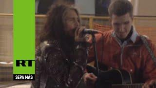 Steven Tyler, líder de Aerosmith, canta con un músico callejero en Moscú