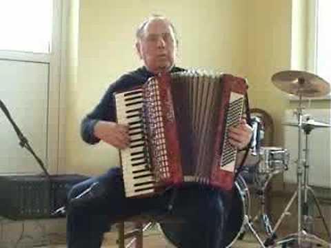 Witold Krukowski gra na akordeonie Flick Flack