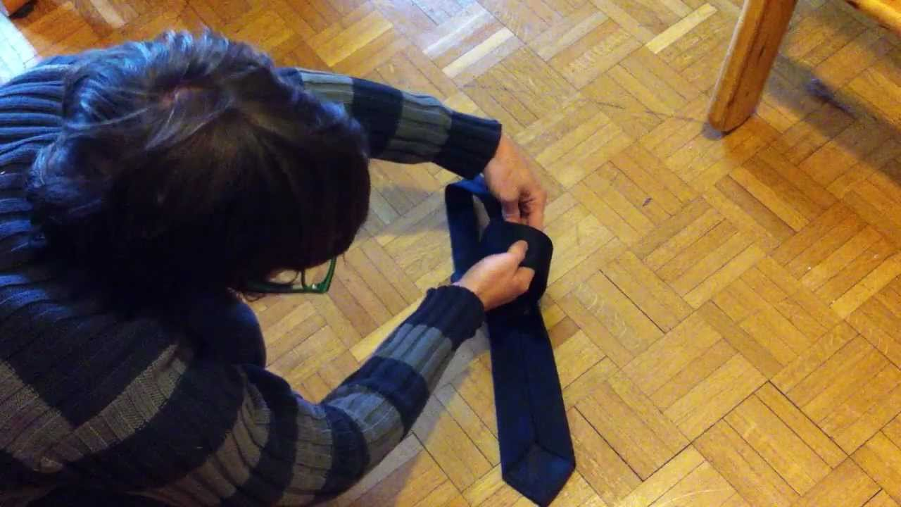 realiser un noeud de cravate en quelques secondes les astuces youtube. Black Bedroom Furniture Sets. Home Design Ideas