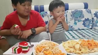 Learning Colors with Tin Sieu Coi, eating bimbim