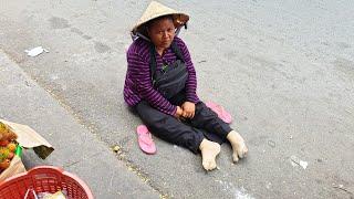 Sinh con xong bị bại liệt, cô gái trẻ bị chồng bỏ rơi phải lết đi bán vé số trên đường