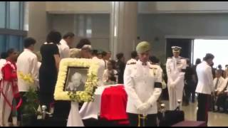 Mr Chiam See Tong paying his respects to Mr Lee Kuan Yew