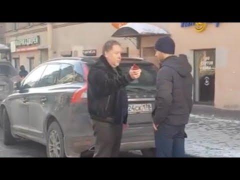 Водитель с корочкой «прокурора» угрожает мешающим ему пешеходам в центре Петербурга
