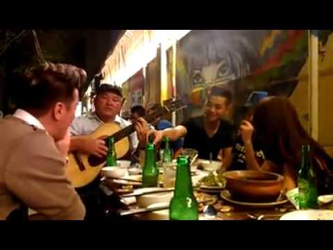 Ca sỹ Đàm Vĩnh Hưng hát dạo bên hè phố
