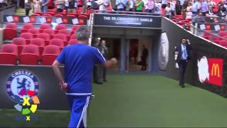 Mourinho VS Arsene Wenger   Throw medal to a child Shield Association HD 2015 Medal obtained child
