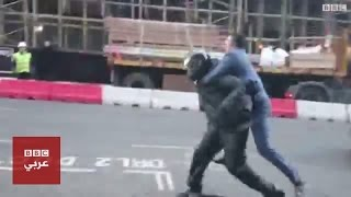 رجل يحاول القبض على لصوص نهبوا متجر مجوهرات في لندن
