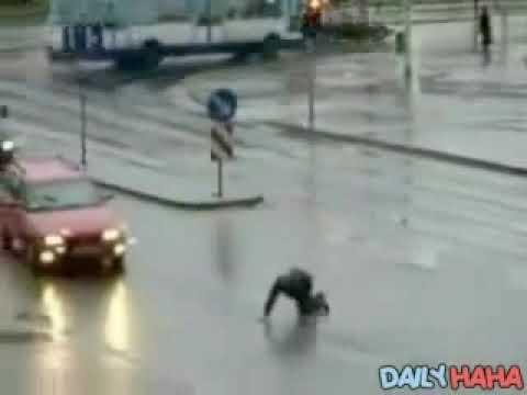Odvaljen od alkohola polušava da pređe ulicu