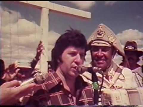 LUIZ GONZAGA E JORGE PAULO no filme CHAPEU DE COURO na Missa do Vaqueiro