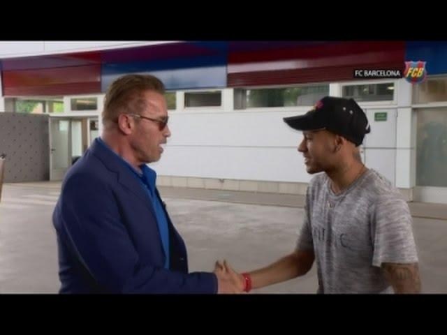 Schwarzenegger drops in on FC Barcelona team