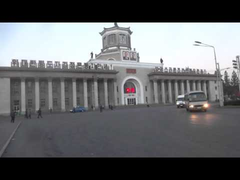 North Korea: Morning Music in front of Pyongyang Station 北�鮮:早��平壌駅�