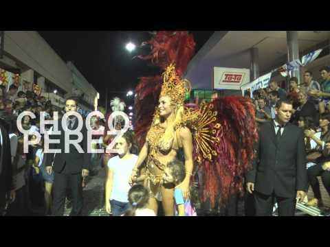 Claudia Fernández se colgó las plumas para desfilar en el carnaval de Uruguay