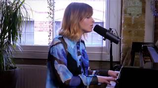 "Gabrielle Aplin - ""Used To Do""のピアノ弾き語り映像を公開 新譜EP「Avalon」収録曲 thm Music info Clip"
