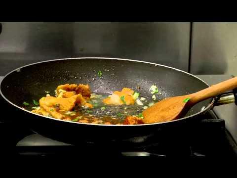 Panchettába tekert szűzérmék rókagomba mártással, burgonyafánkkal