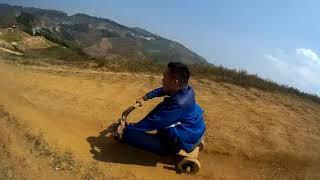Thanh niên phởn chơi trò trượt xe gỗ trên đỉnh đồi Pha Đin lộng gió