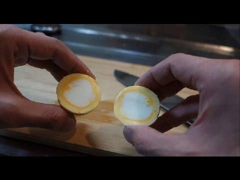 Как сварить яйцо желтком наружу. Интересные идеи.