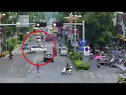 Out of control minibus steams across road and crashes in China