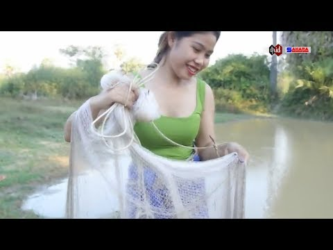Village girl - easy way to get the wader fish in the river properly