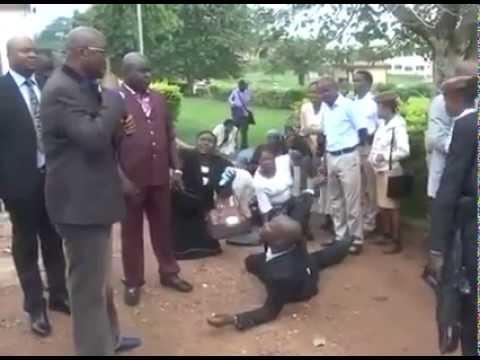 Nigeria, un gouverneur traite ses employés de façon dégradante et inhumaine