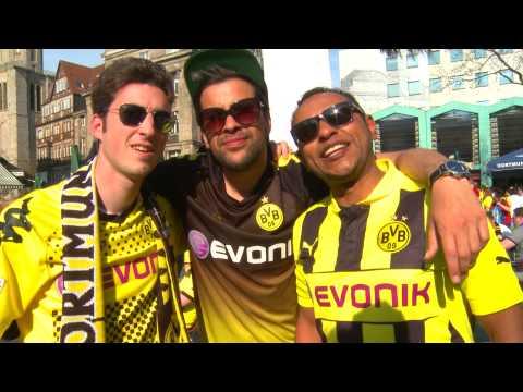 BVB Fans über den Wechsel von Mario Götze zum FC Bayern vor Borussia Dortmund gegen Real Madrid