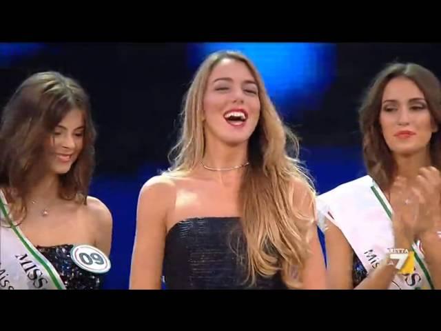 La consegna delle fasce a Miss Italia 2014