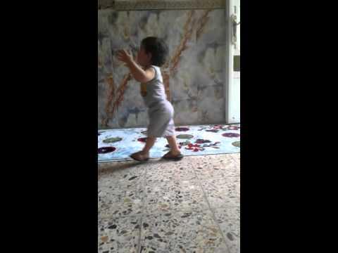 شوفو الطفل كيف يسقط وهو يرقص  احلى رقص مسكين thumbnail