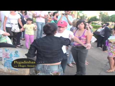 Mulher pega namorado com outra na parada - Pegadinha