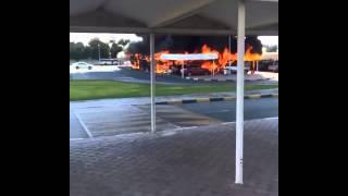 حريق هائل حريق يلتهم موقف سيارات في جامعة الشارقة بالإمارات