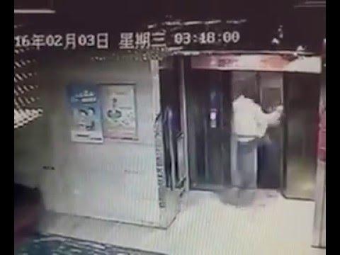 エレベーターのドアを蹴り壊した男性。落ちる!