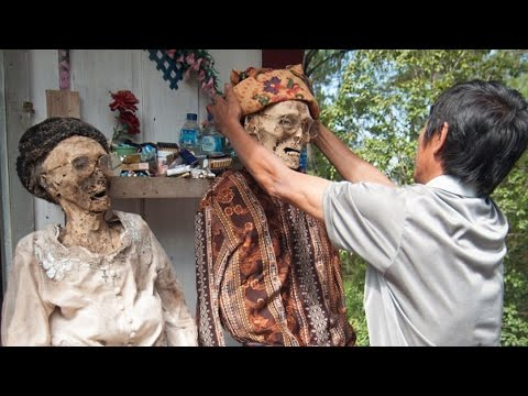 Indonesian Bizarre Ritual of Digging Up The Dead To Wash & Redress Them @Hodgetwins