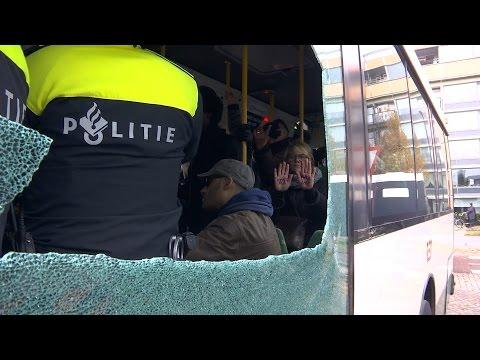 Tegenstanders Zwarte Piet bus ingeduwd