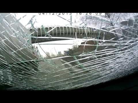 Лобовое столкновение автомобиля с глыбой льда