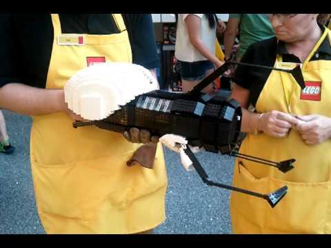 Empleado de una tienda LEGO construye una Pistola de Portales motorizada