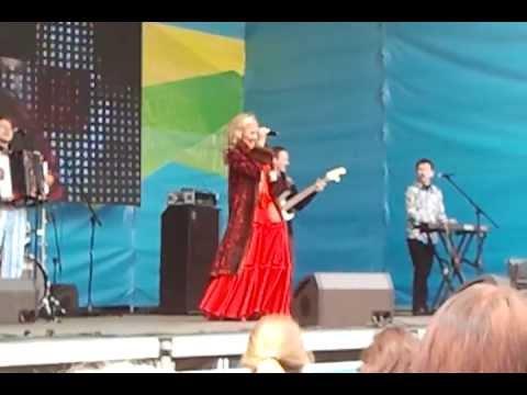 1 мая 2013 г. в г. Владивосток на площади выступает популярная певица Вика Цыганова