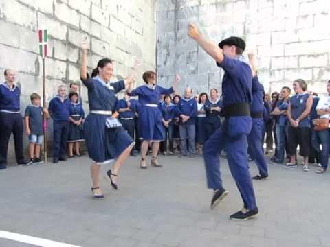 Idurre Bideguren Bermeoko alkatea Elantxobeko Goiko plazan dantzan (Madalen jaiak)