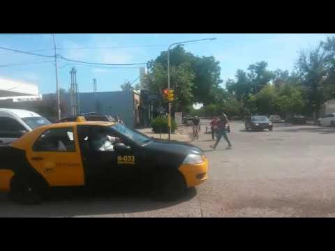 Video: limpiavidrio rompió de una piña el parabrisas del auto de un conductor