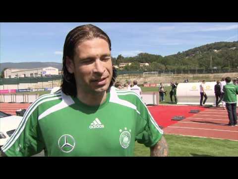 Michael Schumacher, Nico Rosberg und die Fußball Nationalspieler testen die neue A-Klasse