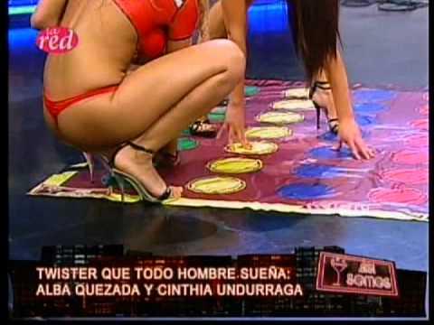 Alba quezada jugando twister