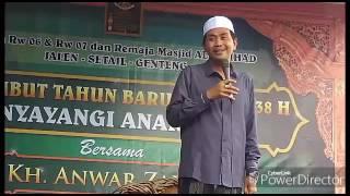 KH. Anwar Zaid bernyanyi