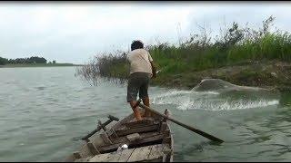 Đi bắt cá - cậu bé quăng chài bắt cá quá hay