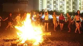 Các nhà thơ nắm tay nhau hát bên lửa trại tại bãi biển Thịnh Long (Hải Hậu, Nam Định)