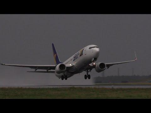 水飛沫迫力の爆近離陸!!! Skymark Airlines Boeing 737 JA73NC 茨城空港